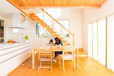 朝日を浴びる木の階段の家